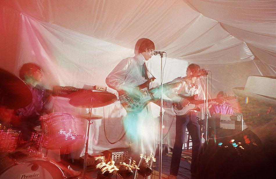 Nick Mason, Roger Waters, Syd Barrett e Rick Wright dei Pink Floyd durante un concerto a Londra il 16 dicembre 1966. Foto di Adam Ritchie/Redferns